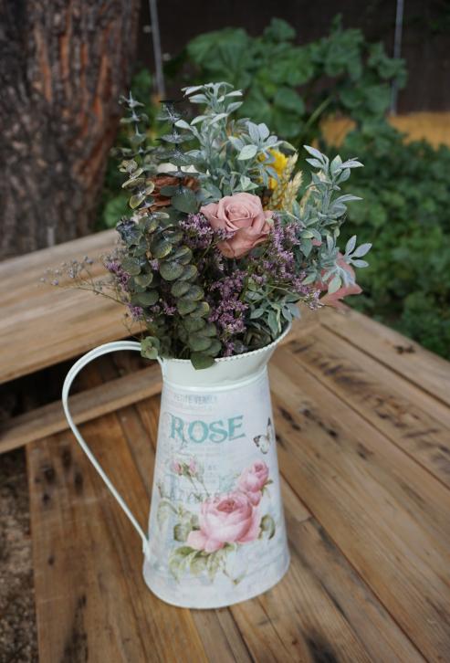 Jarra Rose con flores preservadas y base de eucalipto