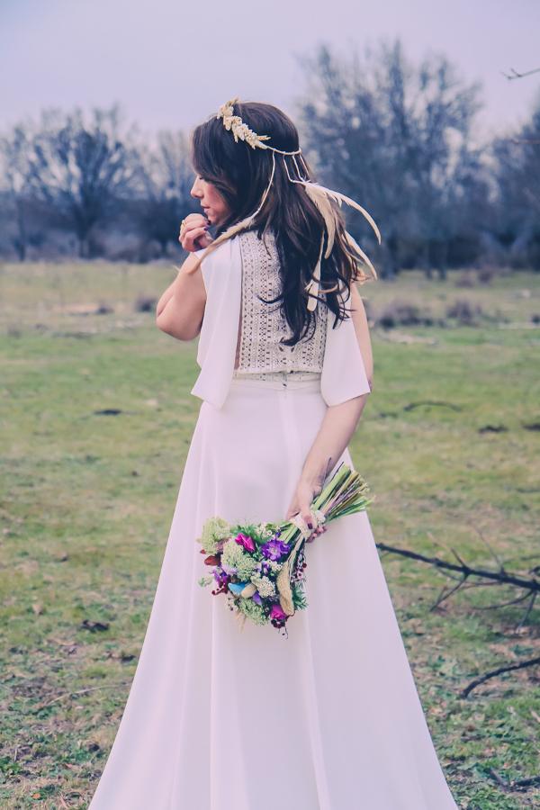 Ramo de novia con trigo,  plumas y anémonas
