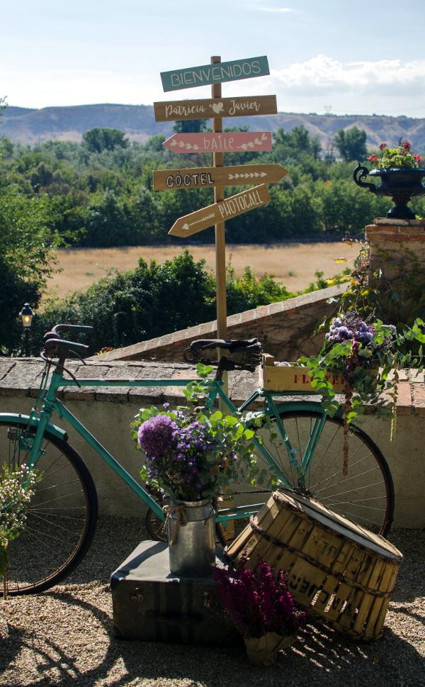 decoracin de boda con bicicleta carro y cajas con flores