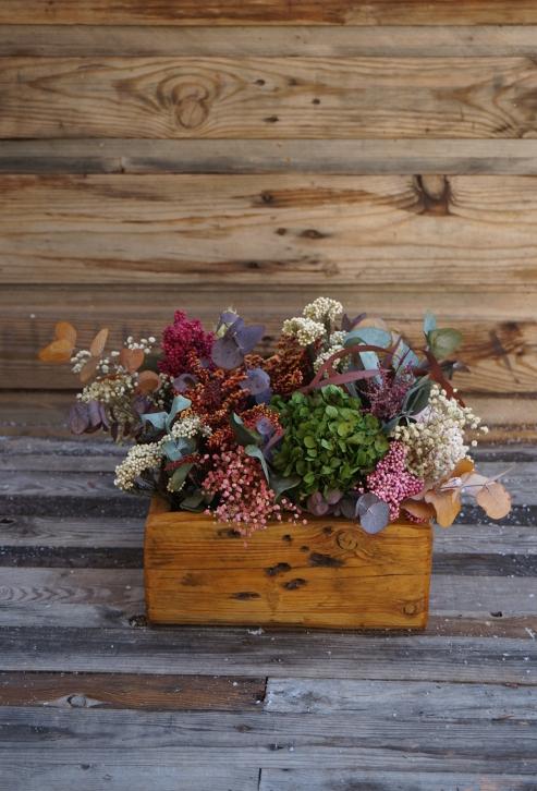 Centro de flores grande en caja de madera con base de eucalipto preservado