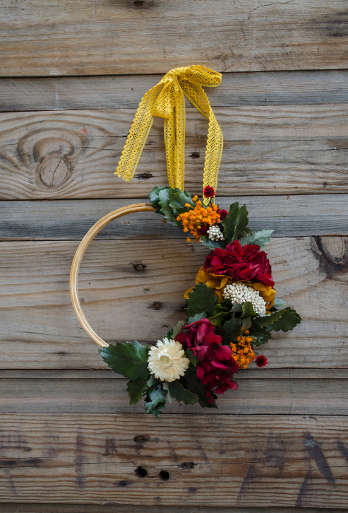 Corona decorativa de flores preservadas sobre un bastidor