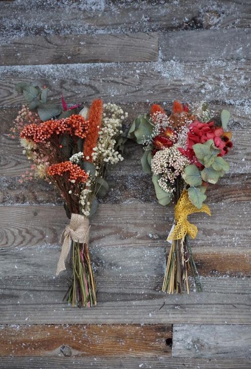 Ramitos de flores preservadas con tonos navideños