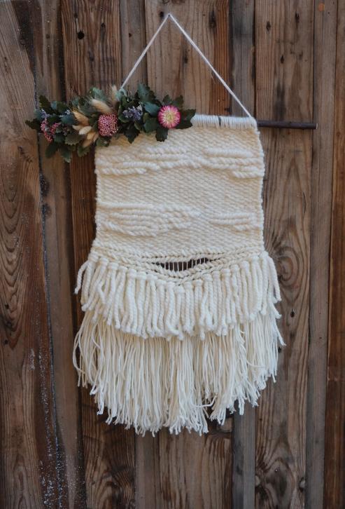 Tapiz de lana decorado con flores preservadas y una base de querqus