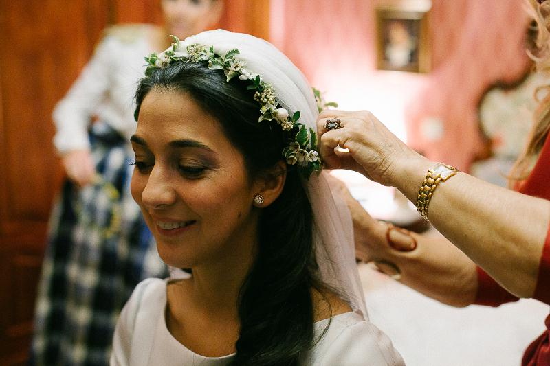 Decoración de boda silvestre y sencilla, ramo y corona a juego.