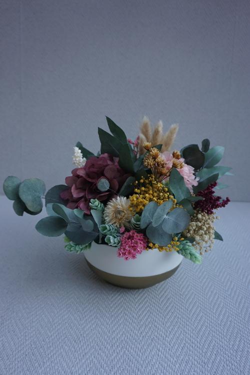"""Centro de flores en un recipiente de ceramica """"Y tu mamá también"""""""