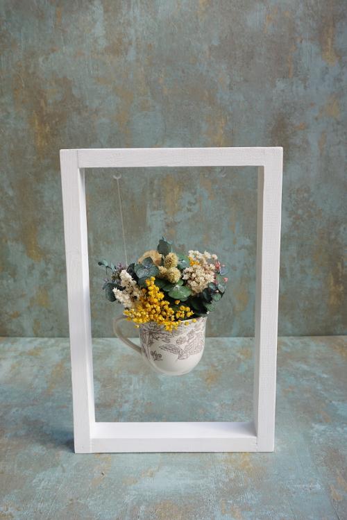 Flores preservadas y secas en una taza de café