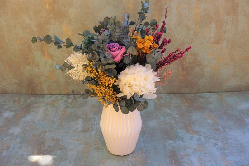 """Ramo con base de eucalipto y flores preservadas """"Mamá cumple cien anos"""""""