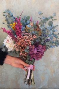 Ramo con base de eucalipto y flores preservadas