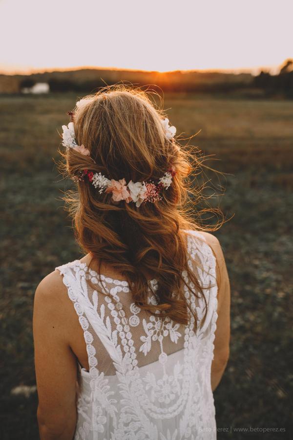 Novia Informal Con Corona De Flores Y Ramo Preservado Flores