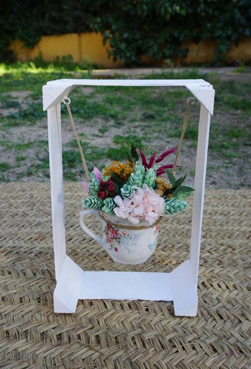Columpio con centro de flores en bote de cristal
