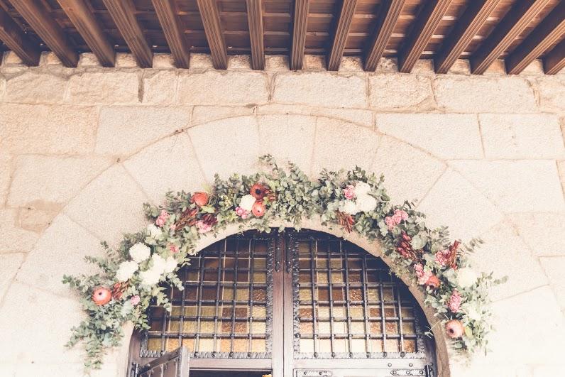 Arco con hortensias, claveles y proteas