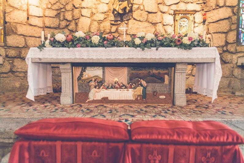 Guirnalda en el altar con hortensias, claveles y proteas