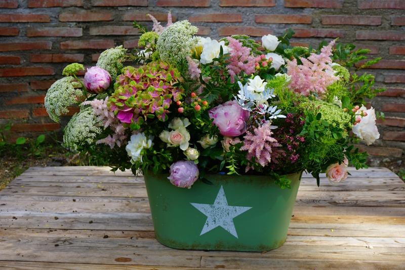 Centros de flores naturales para pedida con peonías, rosas Austin, hortensias y flores silvestres