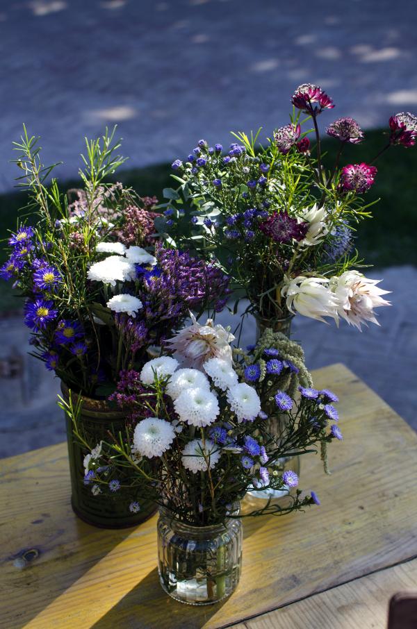 Decoración de boda con bicicleta, carro y cajas con flores