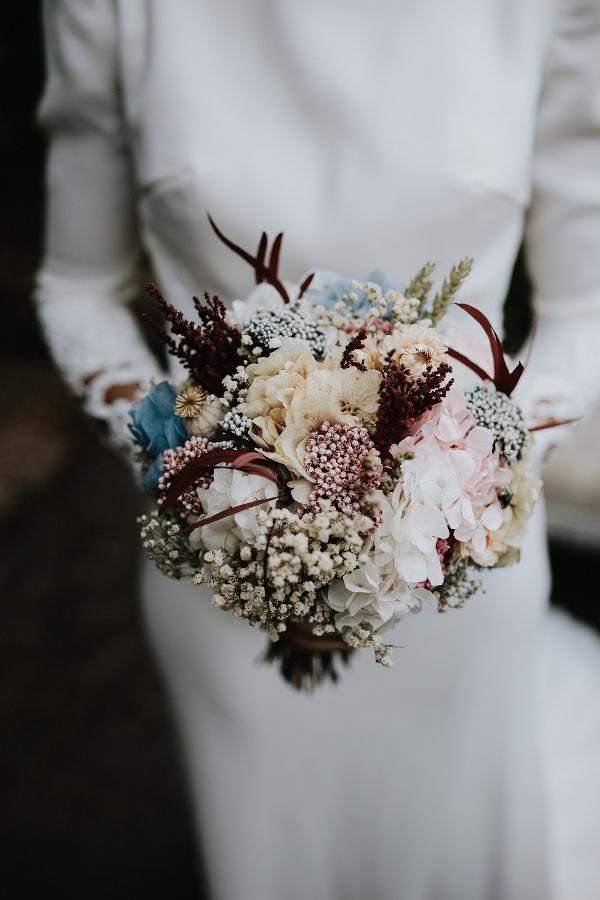 Bouquet de flores de tallo corto en tonos suaves