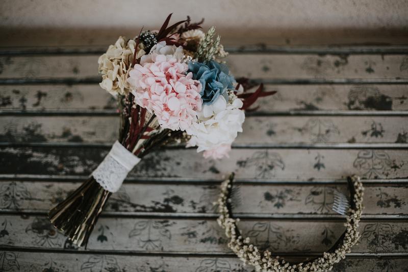 Bouquet de flores de tallo corto y corona en tonos suaves