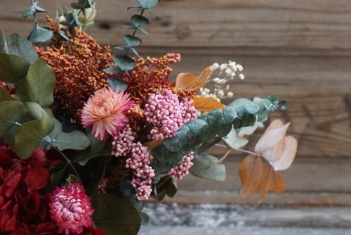 Centro de flores secas y preservadas con base de hortensias y eucalipto
