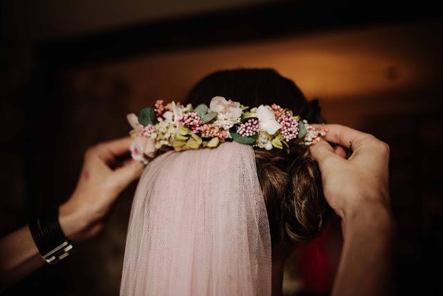 Ramo de novia con mezcla de flores preservadas y flores naturales