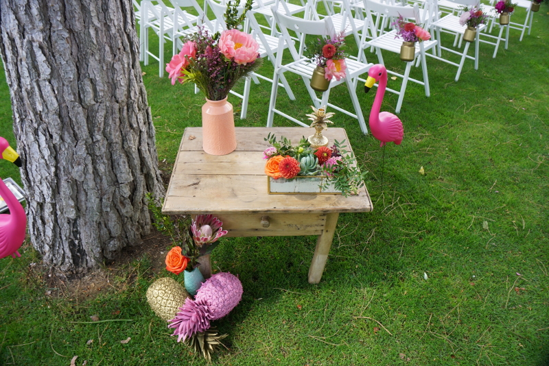 Decoración de una boda tropical con crasas, peonías corales, tulipanes y rosas