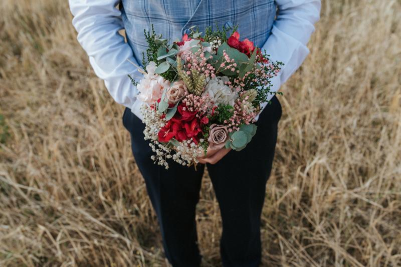 Ramo de novia color fresa y tocado con flores preservadas