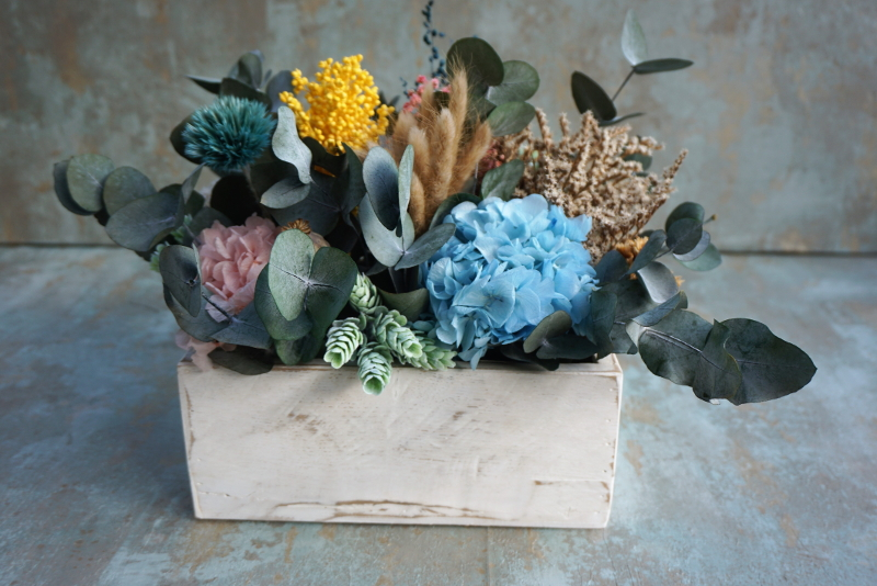"""Centro de flores en recipiente artesanal de madera """"Madre por sorpresa"""""""