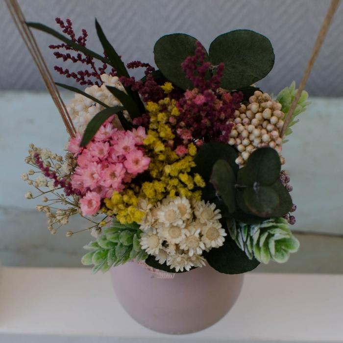 Centro columpio de flores preservadas en bote de cristal rosa palo