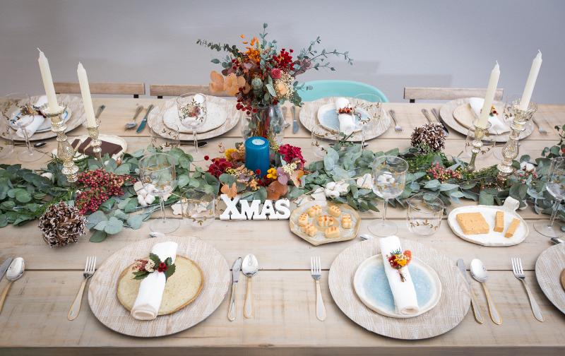 Como adornar una mesa en navidad trucos para vestir tu - Adornar la mesa para navidad ...