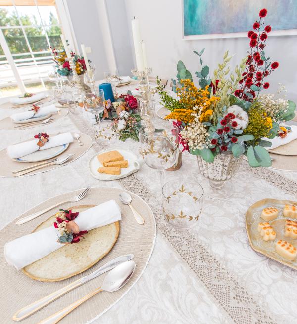 Decoración de mesa de navidad con flores preservadas