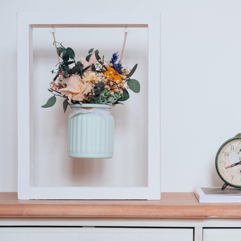 Centro de flores preservadas en formato columpio