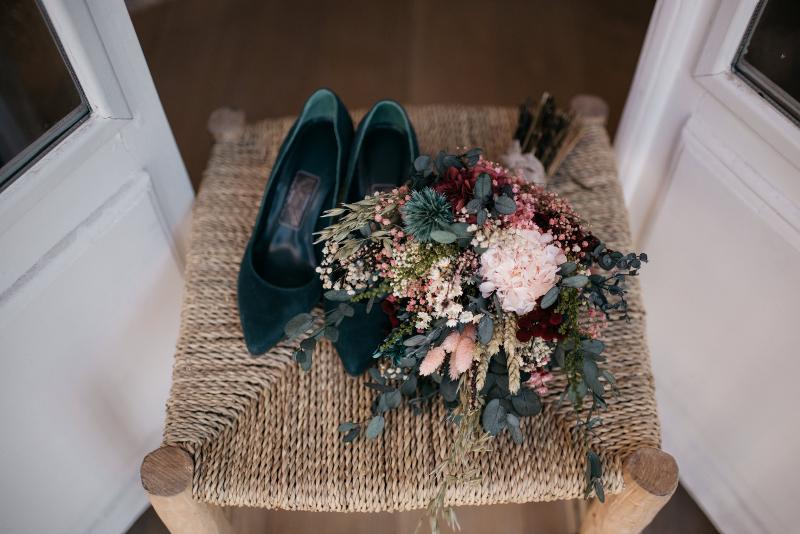 Ramo preservado a juego con los zapatos verdes