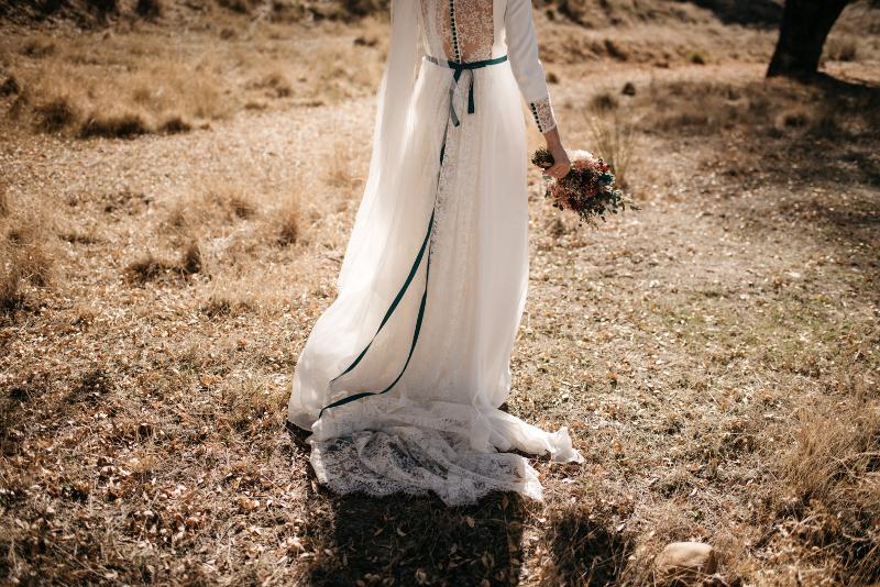 Vestido con lazo de terciopelo y ramo