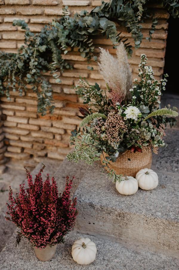 Flores y calabazas en la decoración de la iglesia