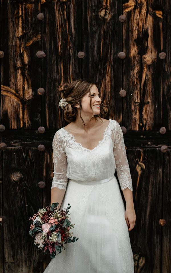 La novia y su ramo de flores preservadas