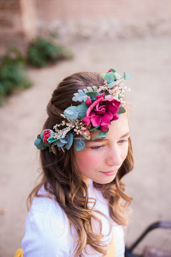 Corona de primera comunión con gardenia y flores silvestres