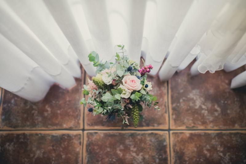 Ramo de novia de flores con anémonas
