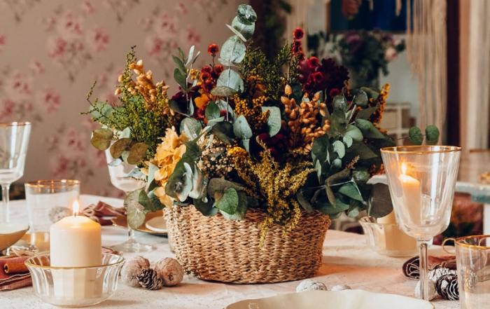 Cesto de flores peservadas navideño