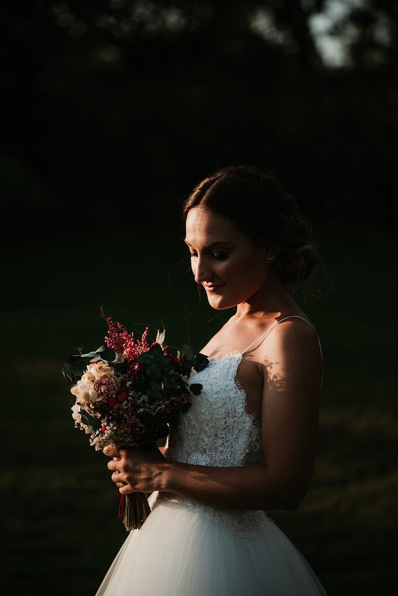 Vanesa con su ramo de novia