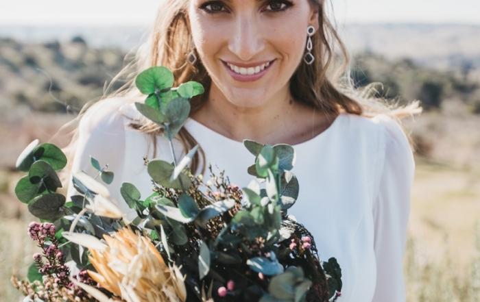 MISS CAVALLIER con ramo de novia