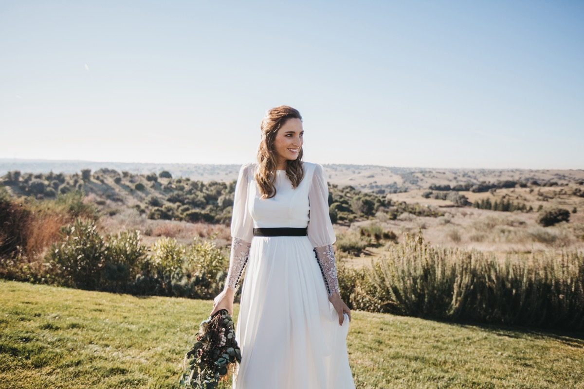 miss cavallier de novia con ramo de flores en el columpio