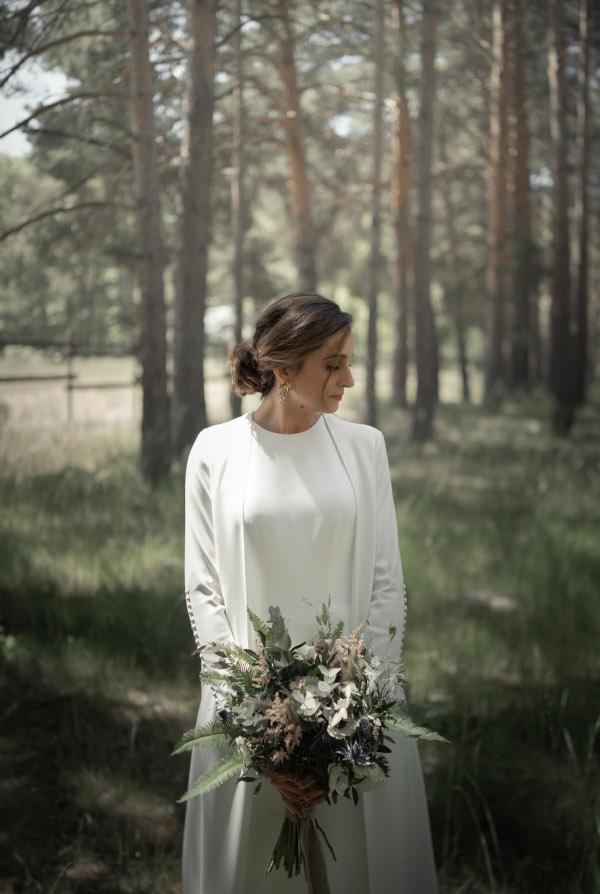 Alba y su ramo campestre de anemolas 8