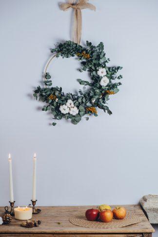Corona de Navidad con eucalipto y algodón