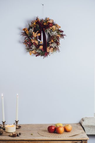 Corona de Navidad con los tonos ocres, dorados y rojizos