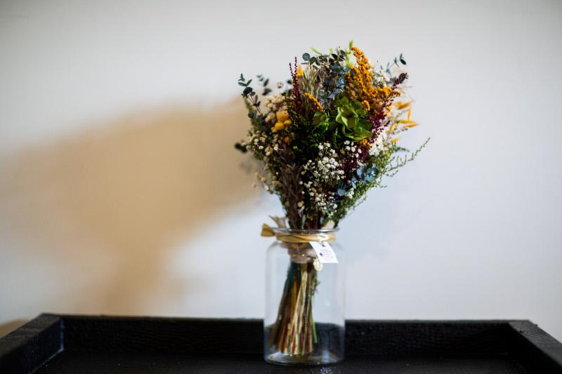 La novia del vestido romantico y el ramo silvestre 1