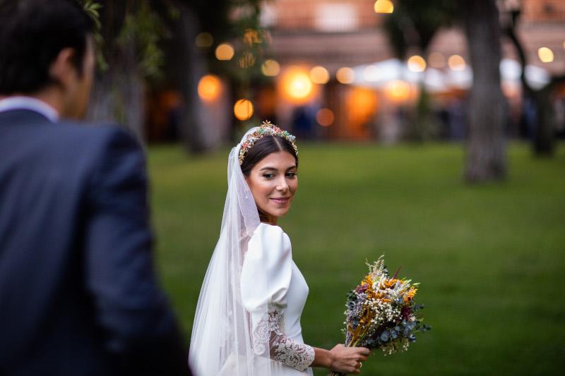 La novia del vestido romantico y el ramo silvestre 7