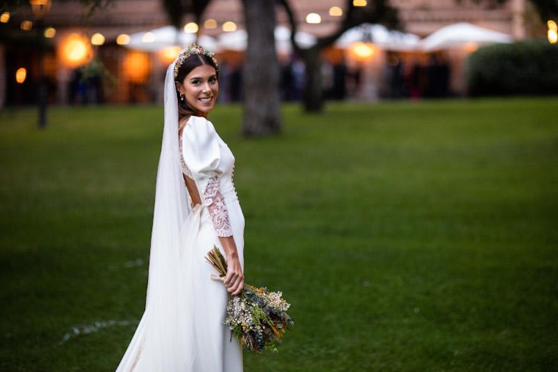 La novia del vestido romantico y el ramo silvestre 8