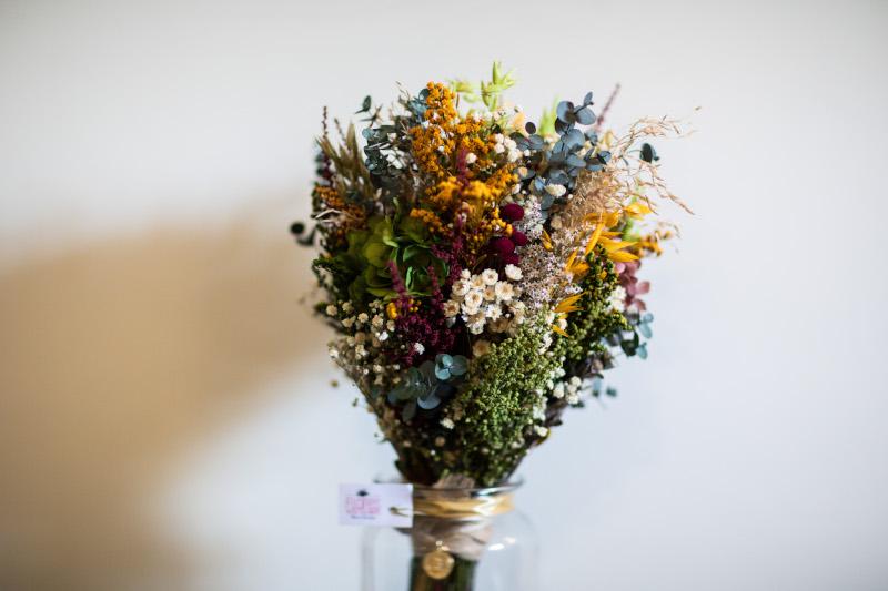 La novia del vestido romantico y el ramo silvestre 2