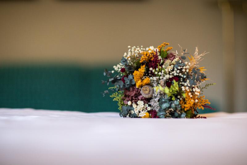 La novia del vestido romantico y el ramo silvestre 3