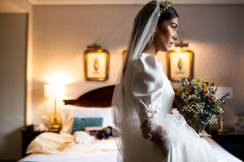 La novia del vestido romantico y el ramo silvestre 4