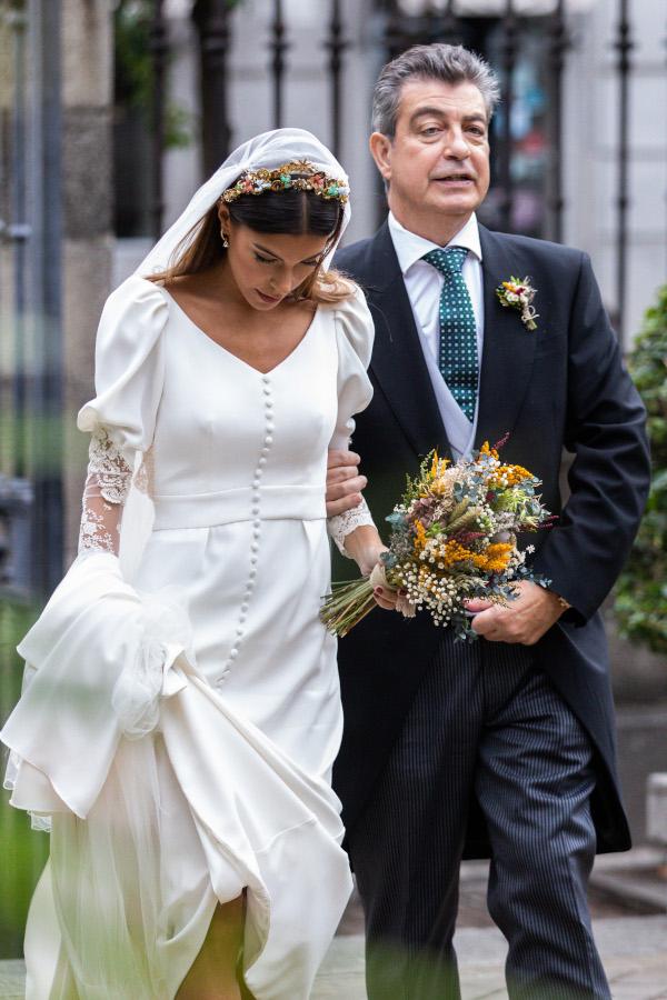 La novia del vestido romantico y el ramo silvestre 5
