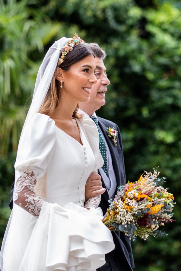 La novia del vestido romantico y el ramo silvestre 6